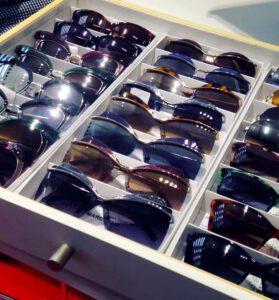 משקפי שמש בשכבות עם חיתוכים ייחודיים. Marc Jacobs