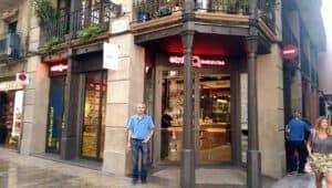 דורון בכניסה לחנות המותג של אתניה ברצלונה