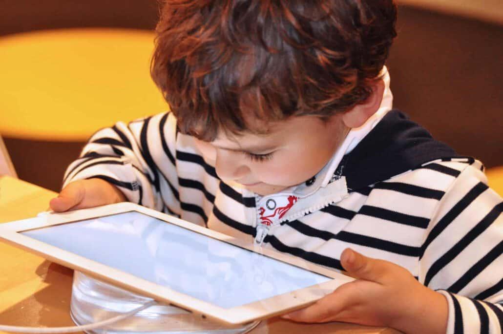 ילד צופה בטאבלט מקרוב