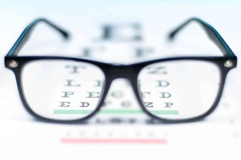משקפיים על לוח בדיקה