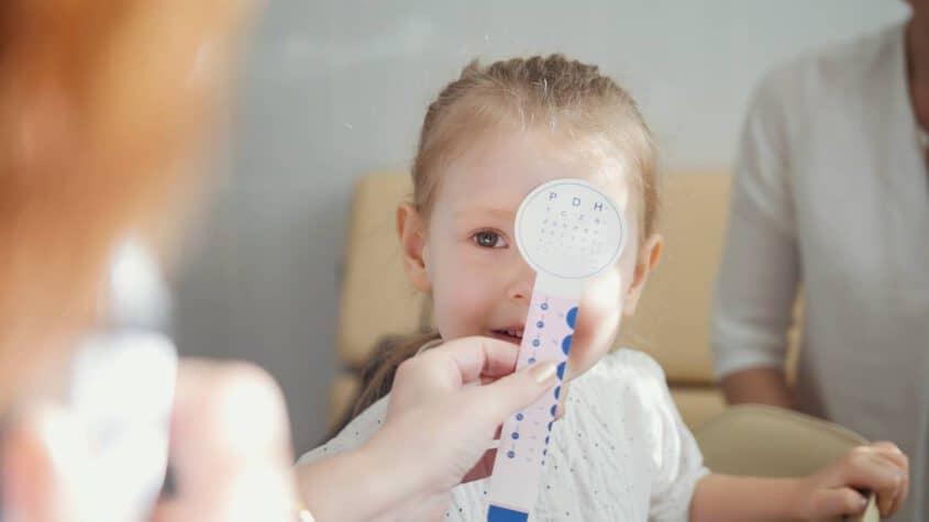 ילדה מבצעת בדיקת ראייה