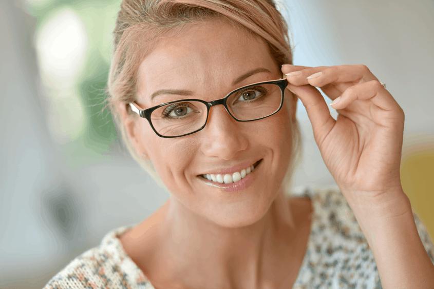 גברת מרכיבה משקפיים