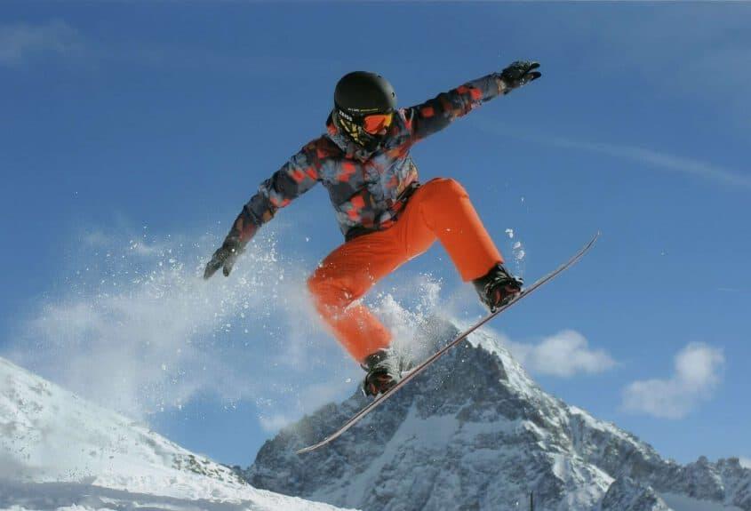 אדם גולש עם משקפות סקי ZEISS