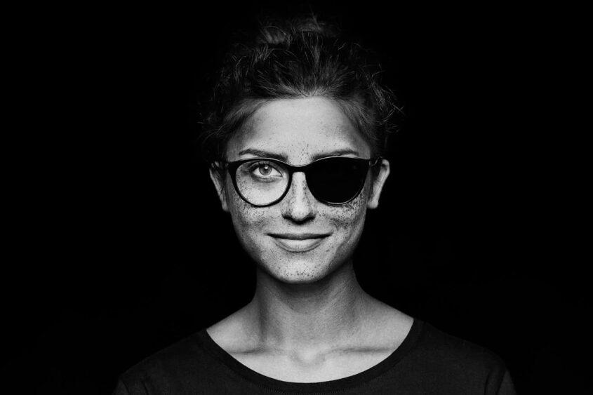 דוגמנית בצילום בעדשת UV עם משקפיים חוסמות UV של צייס