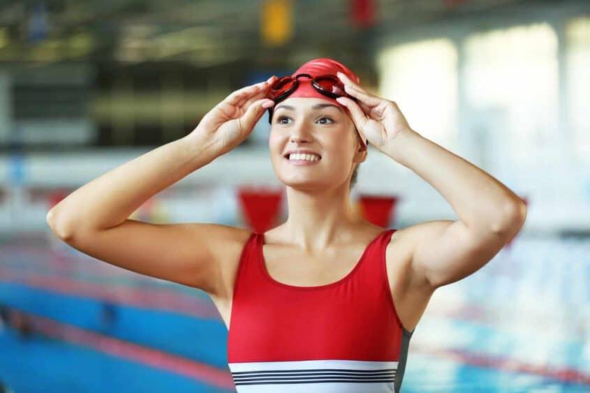 אישה שוחה עם משקפת לבריכה