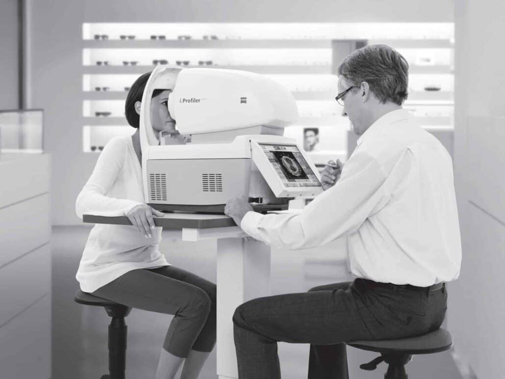 מכשיר הבדיקה i.Profiler Plus של ZEISS יוצר פרופיל מעמיק של העין בטכנולוגיית i.Scription