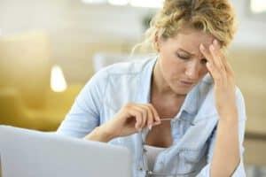 אישה סובלת מכאב ראש אותו משקפיים למחשב היו יכולים למנוע