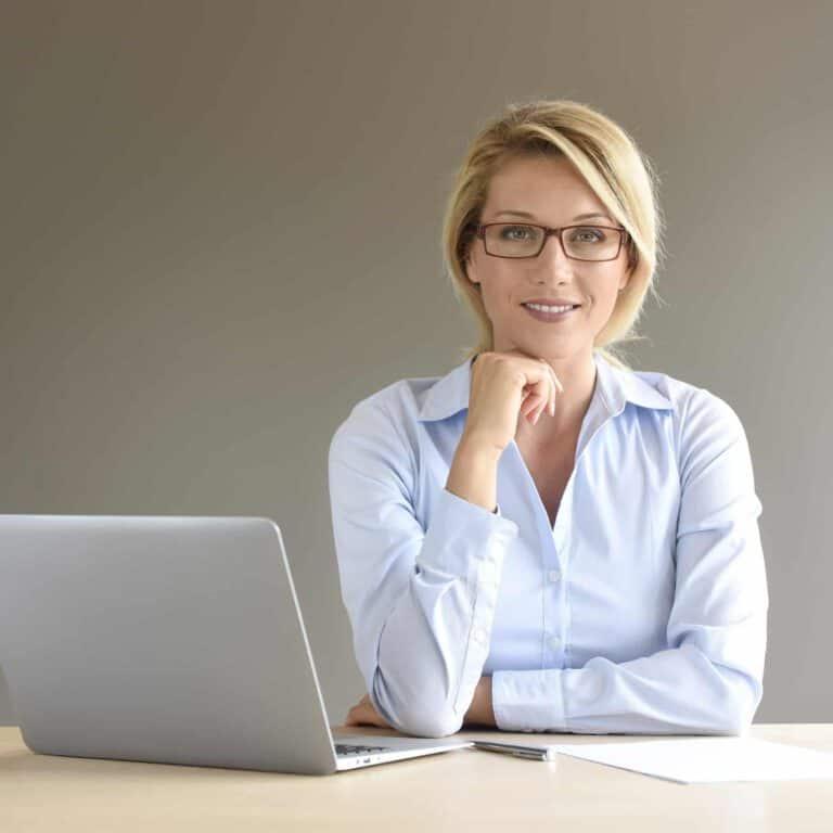 אישה מרכיבה משקפי מולטיפוקל
