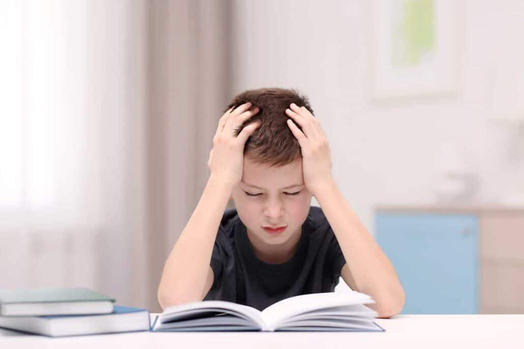 ילד סובל מכאב ראש