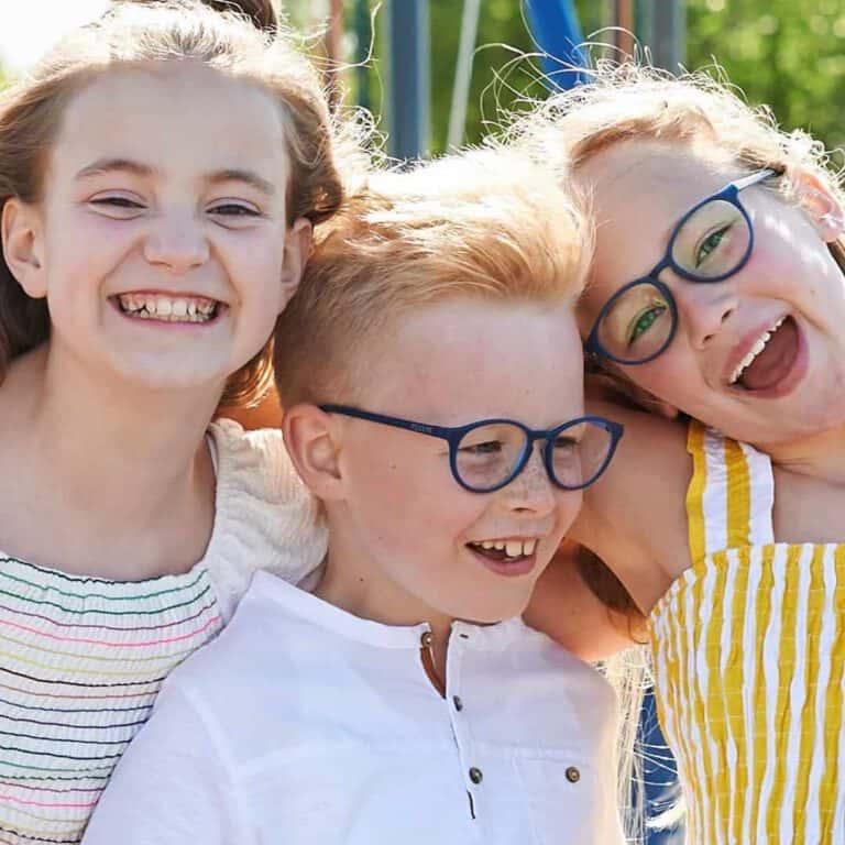 ילדים מרכיבים משקפי מיילו & מי